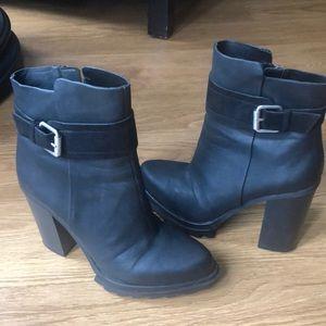Gwen Stefani black boots. Sexy!